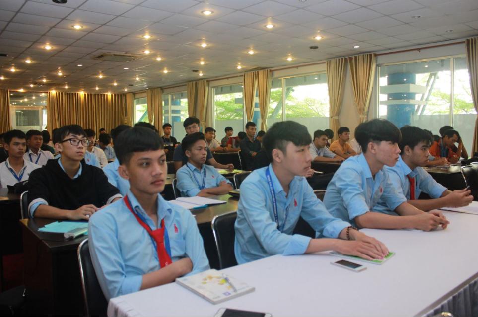 Sinh viên khoa Công nghệ tham dự hội thảo